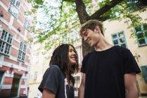 Coppia sorridente e guardarsi all'aperto — Foto stock