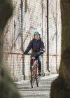 Femme adulte moyenne faisant du vélo à Lahti, Finlande — Photo de stock