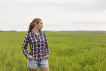 Trabalhador agrícola em pé no terreno, foco em primeiro plano — Fotografia de Stock