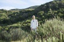 Uomo in piedi sul campo in California, USA, focus selettivo — Foto stock