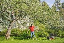 Взрослый мужчина стрижет газон в Хейноле, Финляндия — стоковое фото