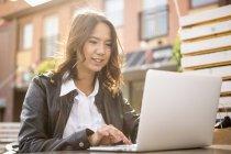 Молодая женщина с ноутбуком в Solvesborg, Швеция — стоковое фото