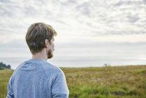 Homem adulto médio em campo na Califórnia, EUA, foco em primeiro plano — Fotografia de Stock