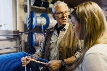 Мотузка чайник говорити учень в магазині, селективний фокус — стокове фото