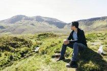 Man sitting on hill in Inner Hebrides, Scotland — Stock Photo