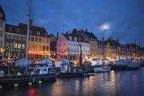 Malerischer Blick auf Nyhavn Hafenviertel bei Nacht in Kopenhagen, Dänemark — Stockfoto