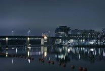 Puente y puerto deportivo por la noche en Estocolmo, Suecia - foto de stock