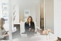 Клиенты, ожидающие в парикмахерской, избирательный фокус — стоковое фото