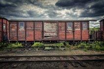 Treno abbandonato in cielo coperto a faringe, Svezia — Foto stock