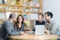 Architectes discutant au bureau, objectif sélectif — Photo de stock