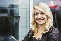 Retrato de uma jovem sorridente — Fotografia de Stock