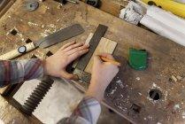 Измерение маркировки рук плотника — стоковое фото