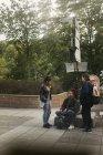 Adolescentes por signos en el parque, enfoque selectivo - foto de stock