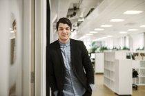 Retrato do jovem no cargo — Fotografia de Stock