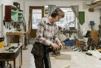 Madeira de lixamento de carpinteiro, foco seletivo — Fotografia de Stock
