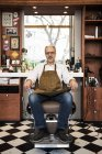 Friseur sitzt im Stuhl im Friseursalon, selektiver Fokus — Stockfoto