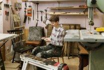 Tischler in der Werkstatt, selektiver Schwerpunkt — Stockfoto