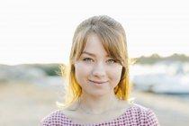 Портрет улыбающейся молодой женщины, сосредоточиться на переднем плане — стоковое фото