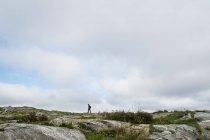 Доросла жінка, яка подорожує в Тюрані (Швеція). — стокове фото