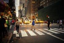 Pessoas atravessando Manhattan rua, foco seletivo — Fotografia de Stock