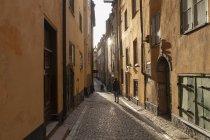 Ragazzo adolescente che cammina sul vicolo nel centro storico di Stoccolma, Svezia — Foto stock