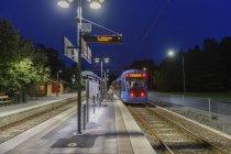 Train arrivant à la gare la nuit à Lidingo, Suède — Photo de stock