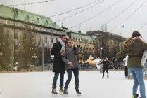 Casal tomando selfie enquanto patinação no gelo, foco seletivo — Fotografia de Stock
