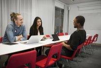 Imprenditori in riunione, attenzione selettiva — Foto stock