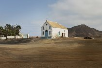 Kirche neben ebene in cape verde, afrika — Stockfoto