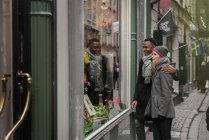 Casal de compras na Feira de Natal, olhando para vitrine — Fotografia de Stock