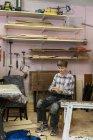 Плотник в мастерской, избирательный фокус — стоковое фото