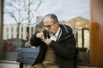 Man smoking pipe on street, selective focus — Stock Photo