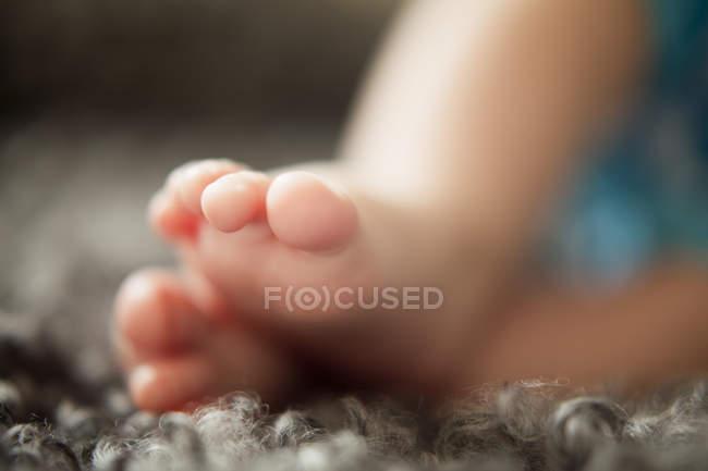 Крупным планом ножки младенца, выборочный фокус — стоковое фото