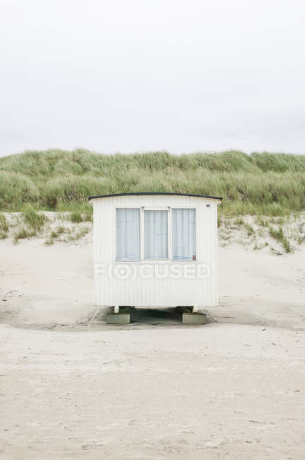 Front view of hut on beach in Denmark — Stock Photo