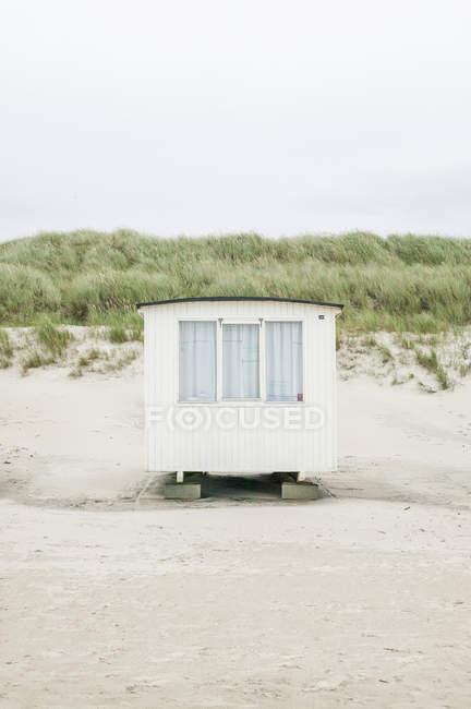 Фронтальний вид hut на пляжі в Данії — стокове фото