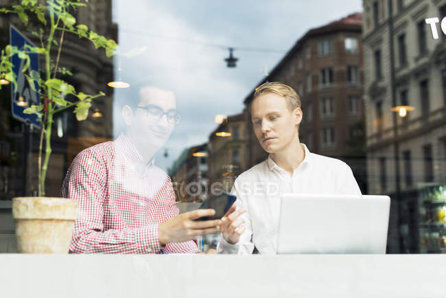 Two men talking in cafe — Stock Photo