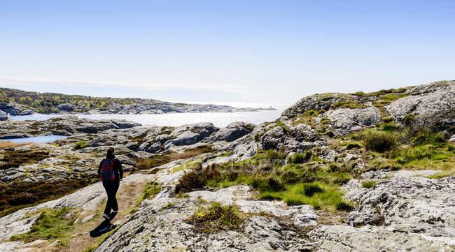 Turismo a piedi e guardando la vista — Foto stock