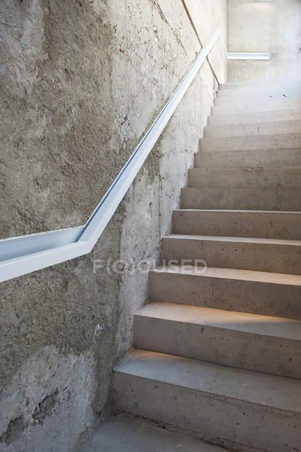 Вид на бетонні сходи і стіни з поручнем — стокове фото
