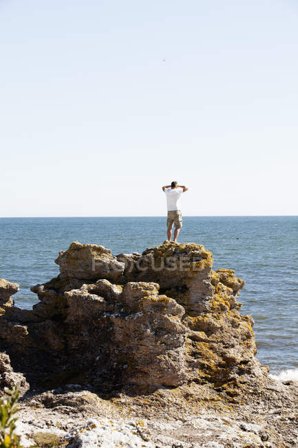 Vista posteriore dell'uomo sulla roccia — Foto stock