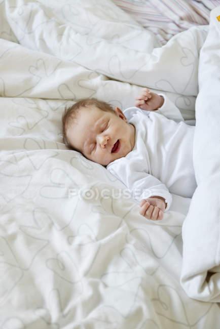 Народження дитини дівчина, лежачи на ліжку — стокове фото