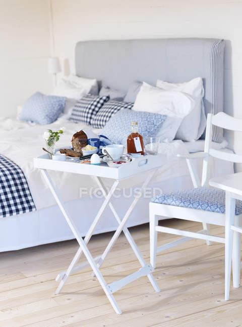 Bianco colazione tavolo e sedia in camera da letto — Foto stock ...