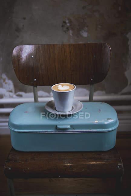 Чашка кофе латте на металлическом контейнере — стоковое фото