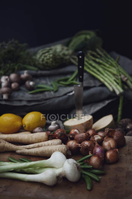 Variation of fresh picked vegetables and lemons on table — Stock Photo