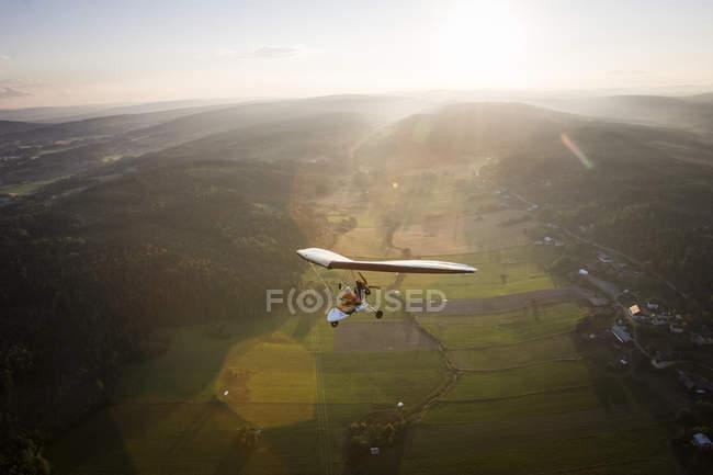 Пилот и пассажир, полет в microlite, отблеск — стоковое фото