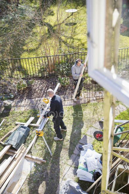 Uomini ristrutturazione casa, focus selettivo — Foto stock