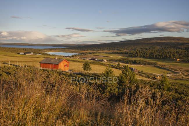 Paesaggio rurale con fienile alla luce del tramonto — Foto stock