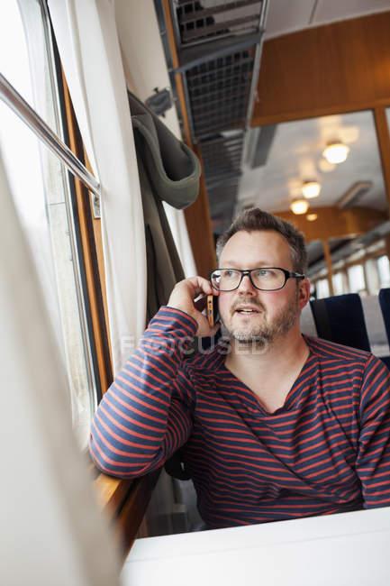 Retrato de homem falando no smartphone, foco diferencial — Fotografia de Stock