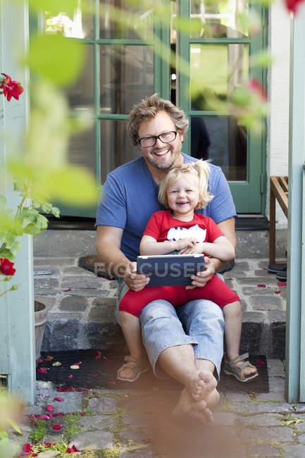 Retrato de filha com pai segurando tablet pc — Fotografia de Stock