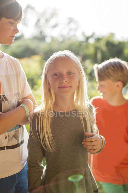 Мальчики, стоящие рядом с сестрой, избирательный фокус — стоковое фото
