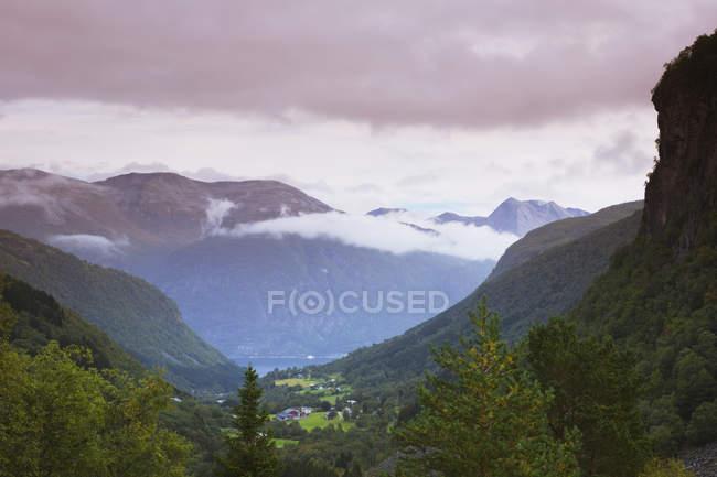 Vue sur montagnes, vallée verdoyante et des nuages bas à More og Romsdal, Norvège — Photo de stock